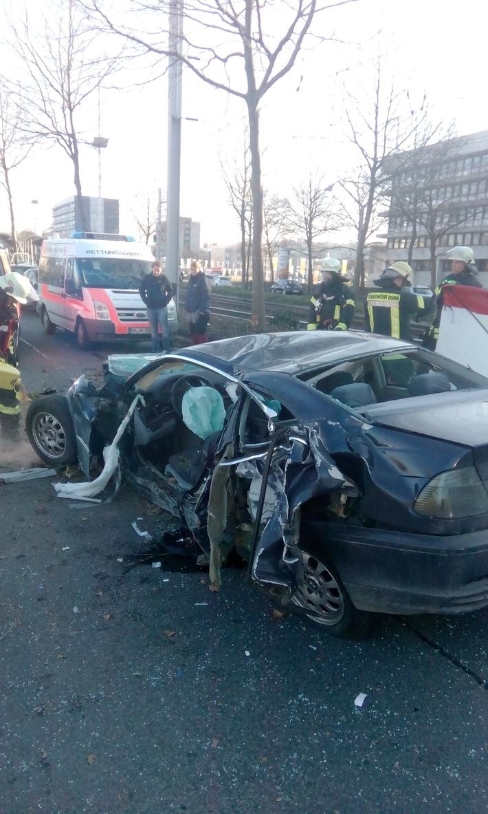 FW-BN: Schwerer Verkehrsunfall auf der Friedrich-Ebert Allee in Bonn,      2 Verletzte Personen
