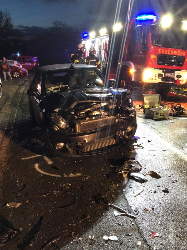 Durch den Verkehrsunfall wurden die Unfallfahrzeuge stark deformiert.