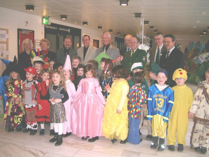 PHK Herbert Lennartz (Bildmitte) bei seiner Verabschiedung durch Kreisdirektor Dr. Beyer (2.v.r.) und einer Gruppe des Kindergartens St. Anna Düren