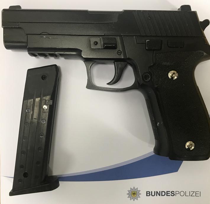 Sichergestellte Softair Pistole Foto: Bundespolizei