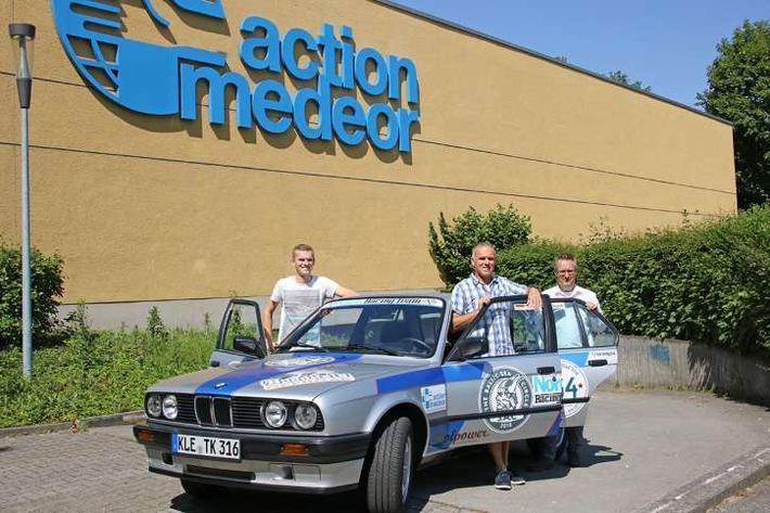 Tim Kliem und Thomas Kliem vom Nordis Racing Team freuen sich zusammen mit Initiator Jörn Backhaus vom Nordis Verlag auf die nördlichste Rallye der Welt. Charity-Partner ist action medeor.