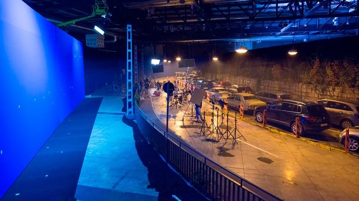 """Wie ein Tatort-Stau in eine Messehalle verlegt wurde / Einblicke gibt das Making-of des SWR """"Tatort - Stau"""" (Sonntag, 10.9., 20:15 Uhr im Ersten)"""