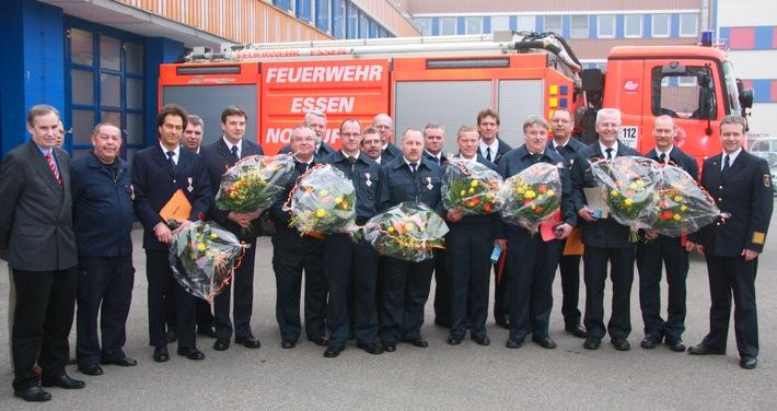 480 Jahre bei der Feuerwehr, Stadtdirektor Christian Hülsmann gratuliert. Foto: Mike Filzen