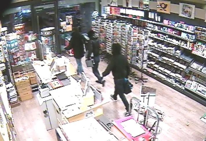 POL-SE: Quickborn - Öffentlichkeitsfahndung der Kriminalpolizei nach brutalem Raubüberfall mit Schusswaffe - Wer sind die Personen auf den Screenshots?