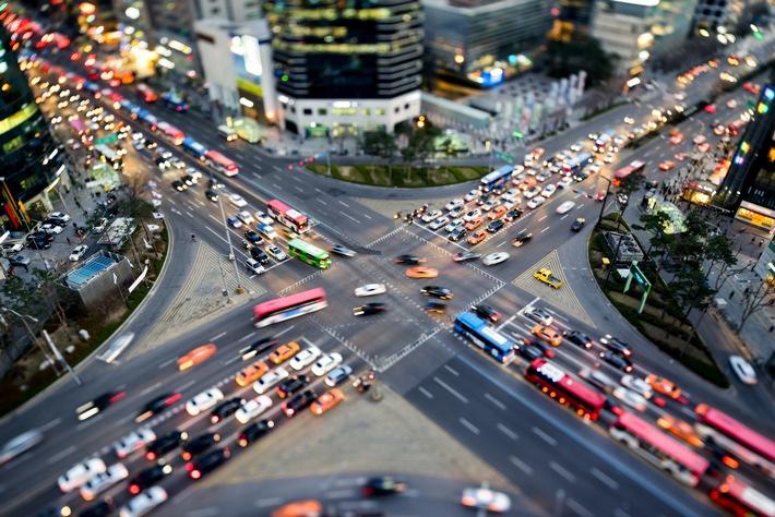 """Zahl der Woche: 75 Prozent der Deutschen fahren nicht gerne in der Großstadt. Fotoquelle: Adobe Stock. Weiterer Text über ots und www.presseportal.de/nr/63229 / Die Verwendung dieses Bildes ist für redaktionelle Zwecke honorarfrei. Veröffentlichung bitte unter Quellenangabe: """"obs/CosmosDirekt/Adobe Stock"""""""