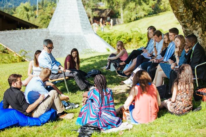 """BILD zu OTS - Michael Ignatieff, Präsident der """"Central European University"""" (Budapest) im Gespräch mit Stipendiatinnen und Stipendiaten des Europäischen Forum Alpbachs."""