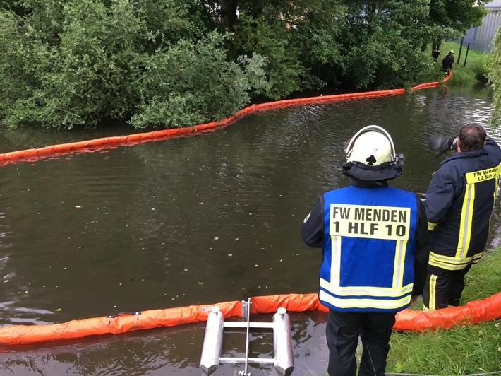 Mittels Ölsperren wurde das Öl auf der Hönne aufgefangen - Quelle: Feuerwehr Menden