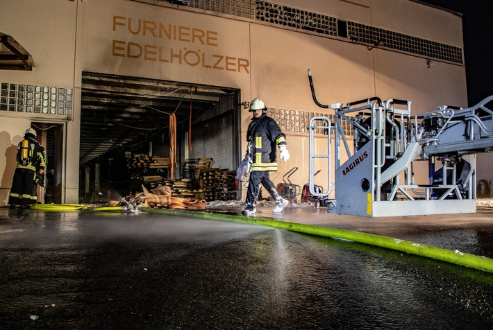 FW-BO: Brand und Explosion in einer Lagerhalle - 2. Meldung