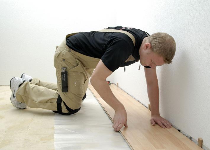 Gesetzliche Unfallversicherung: Richtig arbeiten im Knien und Hocken (mit Bild)