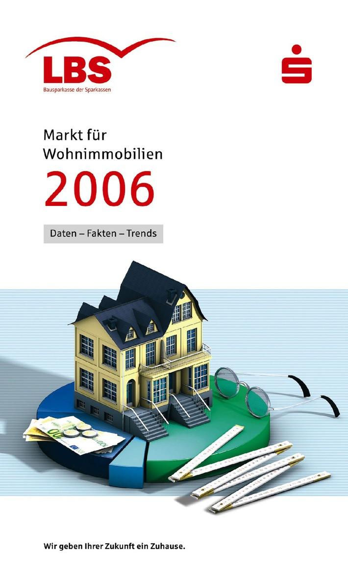 """Die siebte Ausgabe des LBS-Heftes """"Markt für Wohnimmobilien 2006"""" ist auf dem Markt. Neben Kurzanalysen zu Teilmärkten und Einflussfaktoren beinhaltet die 50-seitige Broschüre erneut einen umfangreichen Immobilien-Preisspiegel - in diesem Jahr erstmals für über 600 Städte. Die Verwendung dieser Grafik ist für redaktionelle Zwecke honorarfrei. Abdruck bitte unter Quellenangabe: """"obs/Landesbausparkassen"""""""