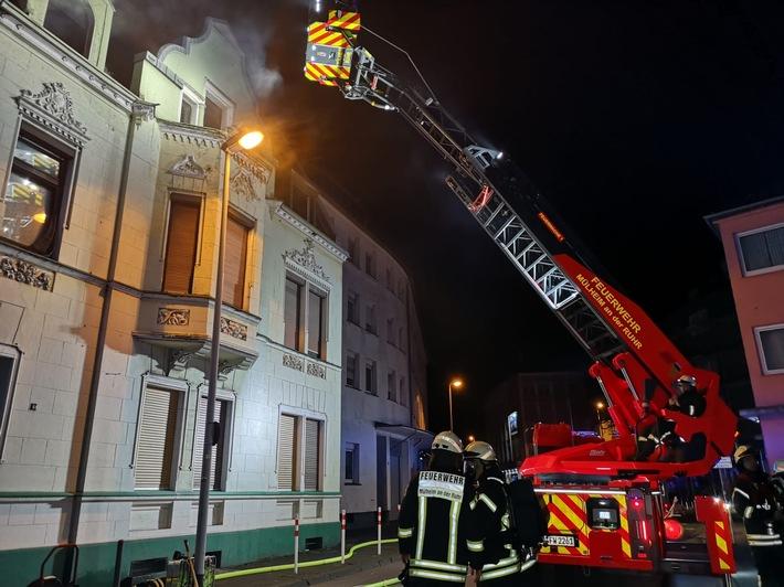 Rauch drang aus einer Dachgeschosswohnung