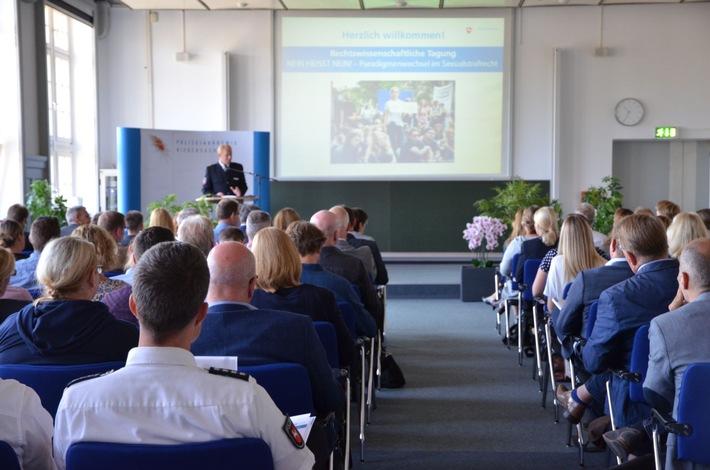 Der Direktor der Polizeiakademie Niedersachsen begrüßt die über 100 Gäste der Rechtswissenschaftlichen Tagung.