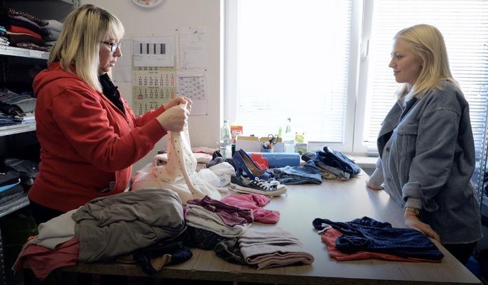 Britta Goehring (links) vom DRK Magdeburg mit MDR-Autorin Olga Patlan beim Sortieren von Kleidung / Spenden, verkaufen, recyceln / MDR-Magazin