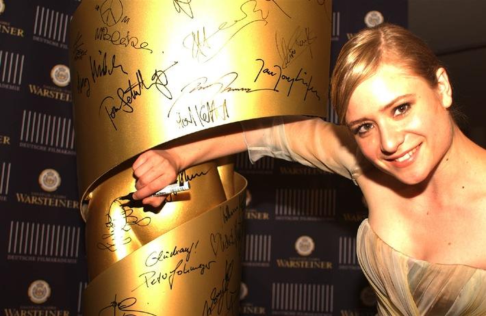 """Julia Jentsch ist die Gewinnerin des Deutschen Filmpreises 2005 in der Kategorie """"Beste weibliche Hauptrolle"""". Mit ihrer Unterschrift auf der groþen LOLA unterstützt die Schauspielerin die von der Warsteiner Brauerei ins Leben gerufene Aktion zur Förderung des deutschen Films. Die lebensgroþe Nachbildung der LOLA-Statue wird 2006 zugunsten der Deutschen Filmakademie versteigert. Die Verwendung dieses Bildes ist für redaktionelle Zwecke honorarfrei. Abdruck bitte unter Quellenangabe: """"obs/Warsteiner Brauerei"""""""