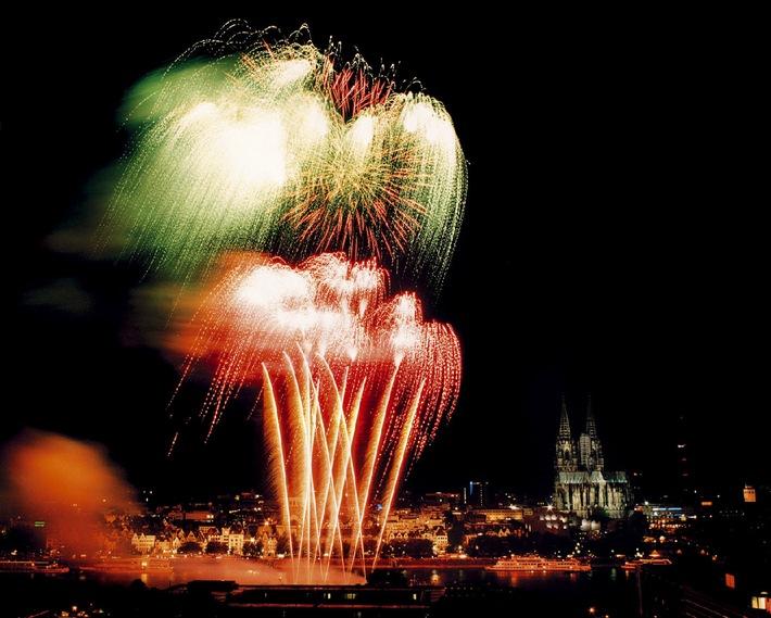 """Feuriges Vergnügen über Köln - die Kölner Lichter ziehen bis zu 1 Mio. Menschen an den Rhein. Die Verwendung dieses Bildes ist für redaktionelle Zwecke honorarfrei. Abdruck bitte unter Quellenangabe: """"obs/WECO Pyrotechnische Fabrik GmbH""""."""