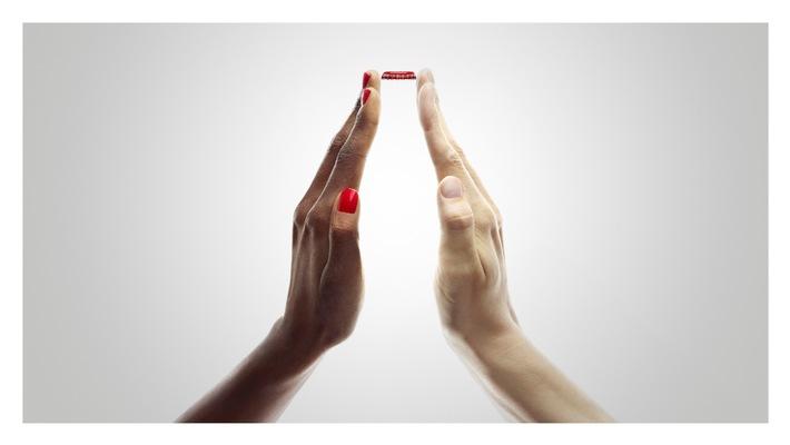 """Coca-Cola gewinnt PR-Bild-Award 2015 mit """"Togetherness"""" von Starfotograf David LaChapelle, eingereicht von fischerAppelt, relations"""