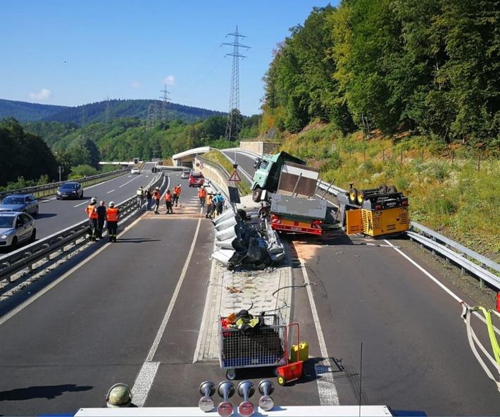 POL-SI: Schwerer LKW-Unfall mit 300.000 Euro Sachschaden