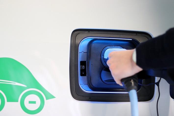 """Thüga-Partner erforschen: Was bedeutet Elektromobilität für die Netze? / Wenn viele Kunden ihr E-Auto gleichzeitig laden, können Netzengpässe entstehen. Weiterer Text über ots und www.presseportal.de/nr/18807 / Die Verwendung dieses Bildes ist für redaktionelle Zwecke honorarfrei. Veröffentlichung bitte unter Quellenangabe: """"obs/Thüga AG"""""""