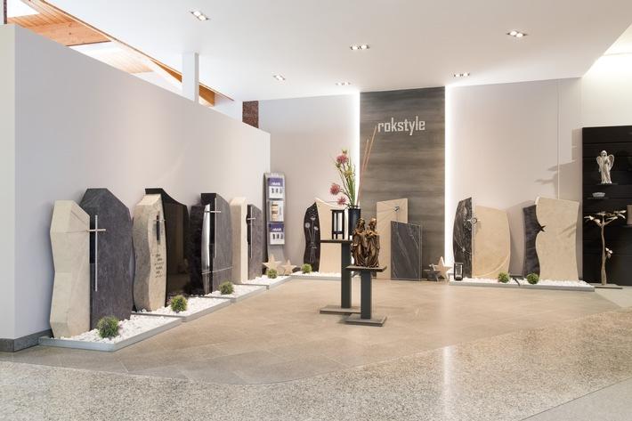 """Rokstyle, das erste Fashionlabel für Grabsteine, hat bereits mehrere Preise gewinnen können. Weiterer Text über ots und www.presseportal.de/nr/107766 / Die Verwendung dieses Bildes ist für redaktionelle Zwecke honorarfrei. Veröffentlichung bitte unter Quellenangabe: """"obs/Stein Hanel GmbH/Rokstyle / Roland Simmberg"""""""
