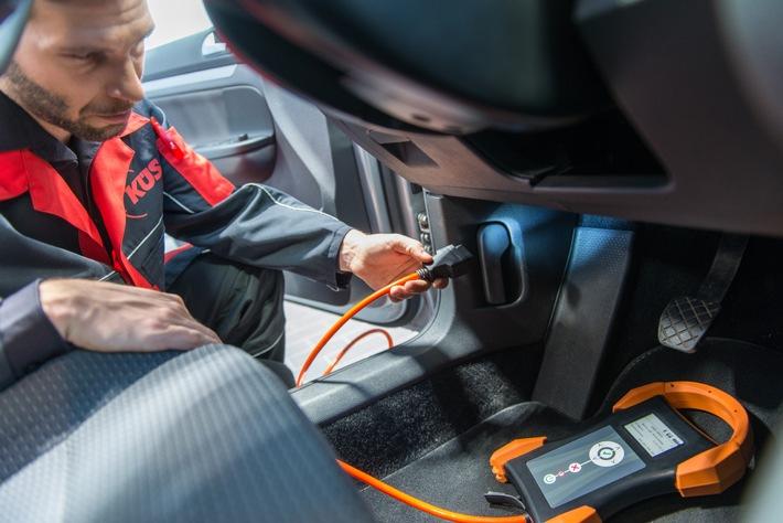 """Mit dem HU-Adapter kann die Prüfung der Motorsoftware vorgenommen werden. Weiterer Text über ots und www.presseportal.de/nr/116601 / Die Verwendung dieses Bildes ist für redaktionelle Zwecke honorarfrei. Veröffentlichung bitte unter Quellenangabe: """"obs/KÜS-Bundesgeschäftsstelle"""""""