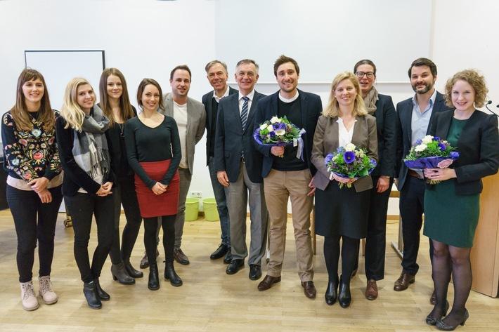 Absolventen, deren Arbeiten nominiert wurden, sowie die Preisträger mit ihren Betreuern und dem Dekan des Fachbereichs. Bild: Universität Koblenz-Landau