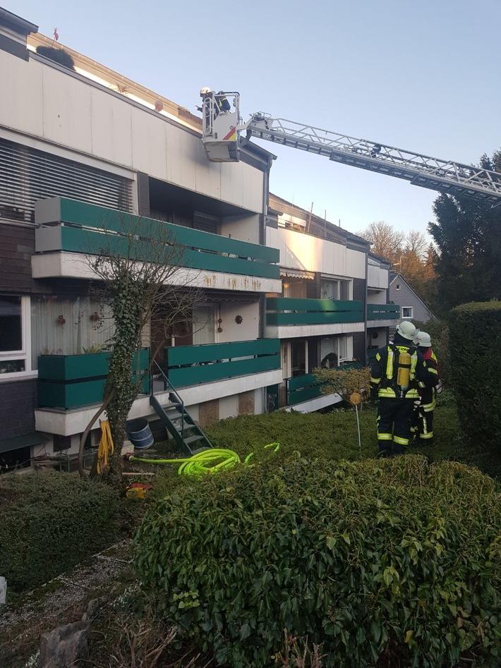 Die auf den Balkonen stehenden Bewohner wurden aus dem Korb der Drehleiter betreut. (Foto: Feuerwehr Haan)