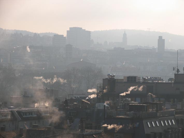 Holzenergie Schweiz - Richtig anfeuern: Rauchfrei nach 15 Minuten
