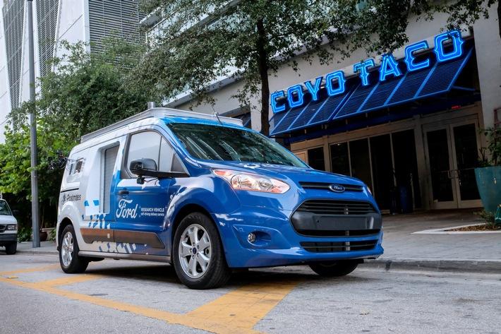 """Miami: Autonomes Ford Transit Connect-Forschungsfahrzeug liefert Speisen aus. Weiterer Text über ots und www.presseportal.de/nr/6955 / Die Verwendung dieses Bildes ist für redaktionelle Zwecke honorarfrei. Veröffentlichung bitte unter Quellenangabe: """"obs/Ford-Werke GmbH/Ryan Merrill Photography"""""""