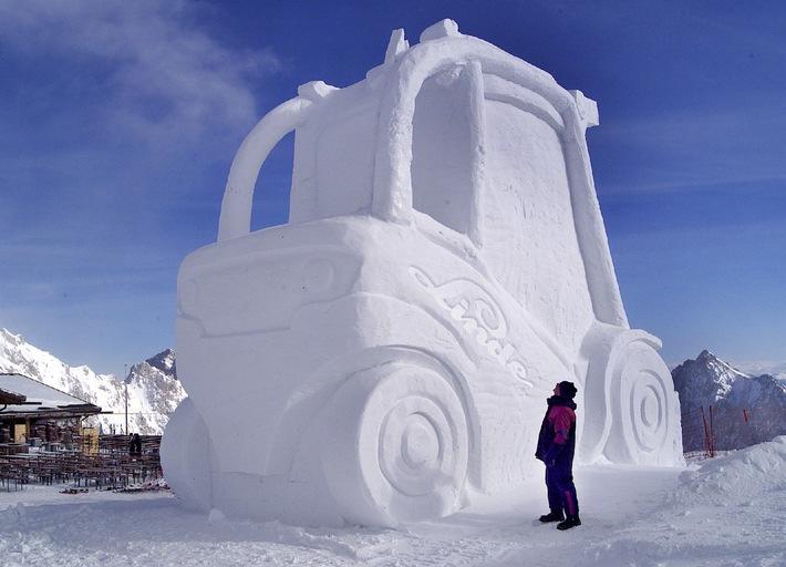 """Einen überdimensionalen Gabelstapler ganz aus Schnee und Eis enthüllte Linde anlässlich der Vorstellung eines neuen Staplertyps auf der Zugspitze. Das neun Meter hohe Kunstobjekt wurde aus  zirka 1.000 Kubikmeter Schnee gefertigt. Rund eine Woche arbeiteten zwei Bildhauer an der Skulptur.Absender:Linde AGFr. Oder / Abt. FFSchweinheimer Str 3463743 AschaffenburgTel. 06021/ 99 1277Die Verwendung dieses Bildes ist für redaktionelle Zwecke honorarfrei. Abdruck bitte unter Quellenangabe: """"obs/Linde AG"""""""