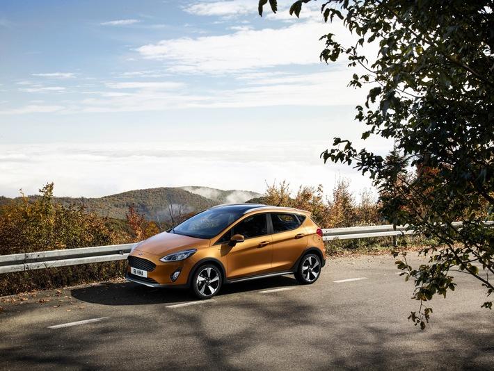 """Ford stellt mit dem frontangetriebenen Fiesta Active das erste Mitglied einer neuen Crossover-Modellfamilie vor. Es kombiniert die Vielseitigkeit eines SUV (Sport Utility Vehicle) mit der typischen Fahrdynamik der Ford Fiesta-Baureihe. Mit seiner 18 Millimeter größeren Bodenfreiheit und der höheren Sitzposition zielt der Ford Fiesta Active auf den stetig wachsenden Kreis von SUV- und Crossover-Kunden, die auf schlechten Wegen ebenso sicher unterwegs sein möchten wie im City-Dschungel und auf der Autobahn. Von außen betrachtet ist die 5-türige Limousine mit dem serienmäßigen Crossover-Body-Kit, den markanten 17-Zoll-Leichtmetallrädern und der auf Wunsch verfügbaren Dachreling der Spezialist für Outdoor-Aktivitäten. Weiterer Text über ots und www.presseportal.de/nr/6955 / Die Verwendung dieses Bildes ist für redaktionelle Zwecke honorarfrei. Veröffentlichung bitte unter Quellenangabe: """"obs/Ford-Werke GmbH"""""""