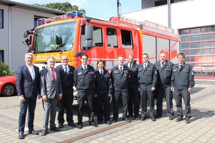 Mitglieder der Feuerwehr Bergisch Gladbach gemeinsam mit Bürgermeister Lutz Urbach und NRW-Innenminister Herbert Reul