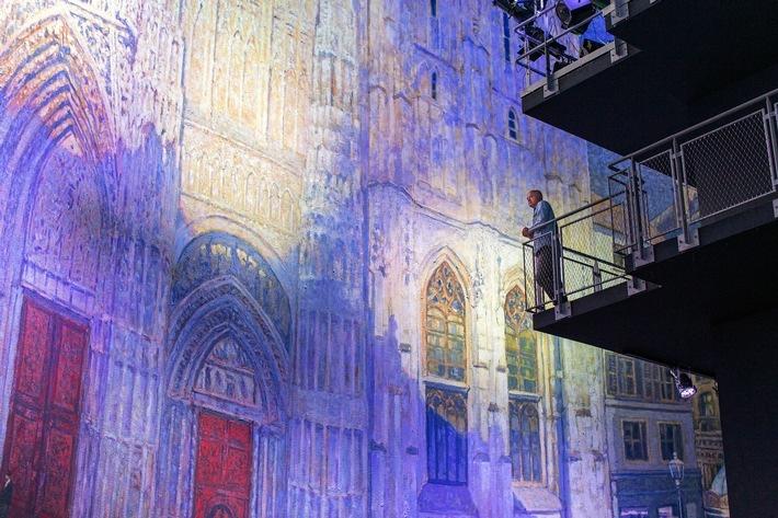 """Yadegar Asisi betrachtet Panorama """"Die Kathedrale von Monet"""". / Panorama-Weltpremiere 'Die Kathedrale von Monet' zelebriert ab 4. Juli 2020 in Rouen die Epoche des Impressionismus / Das Panoramakunstwerk von Yadegar Asisi ist eine Reverenz an Claude Monet / Weiterer Text über ots und www.presseportal.de/nr/145671 / Die Verwendung dieses Bildes ist für redaktionelle Zwecke honorarfrei. Veröffentlichung bitte unter Quellenangabe: """"obs/asisi F&E GmbH/Maurine Tric (c) asisi"""""""