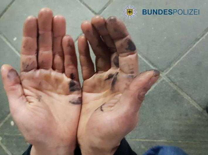 beschmierte Hände des Tatverdächtigen