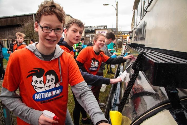 Action!Kidz aus Münster putzen ein Boot. (Quelle: Ralf Krämer/Kindernothilfe)