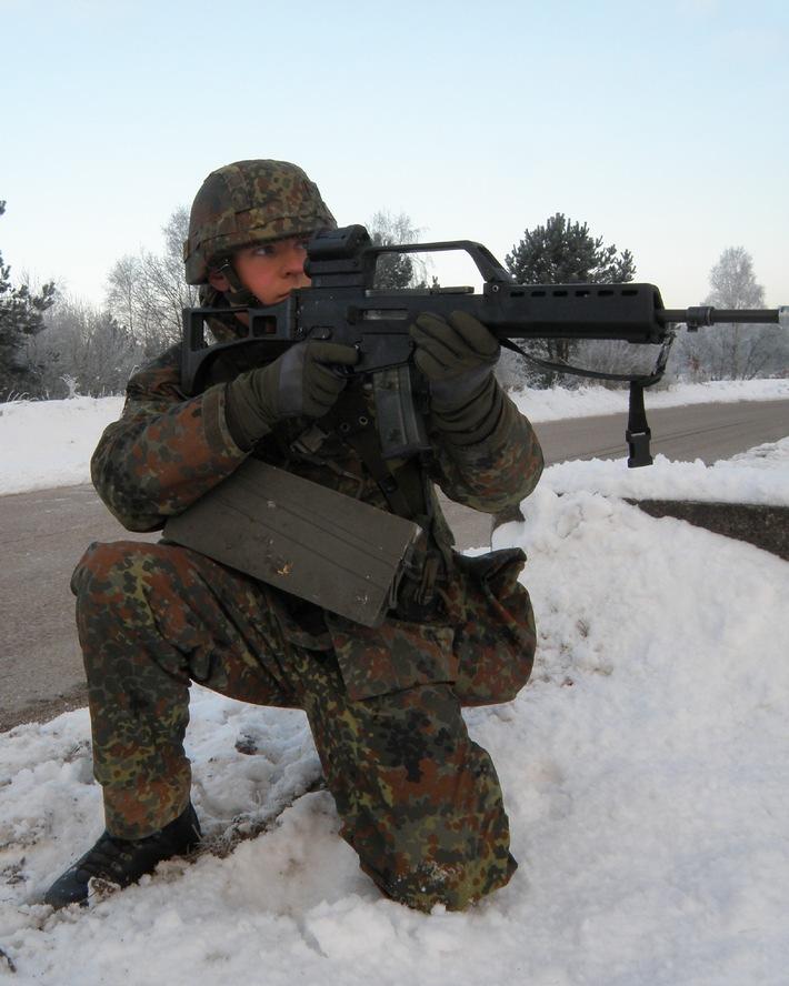 Obermaat Andreas Güldner hat sich im Schnee abgekniet. Er zielt mit seinem Sturmgewehr G 36 und sichert seinen Zug auf dem Standortübungsplatz in Boostedt. Foto: Detlef Struckhof, Deutsche Marine