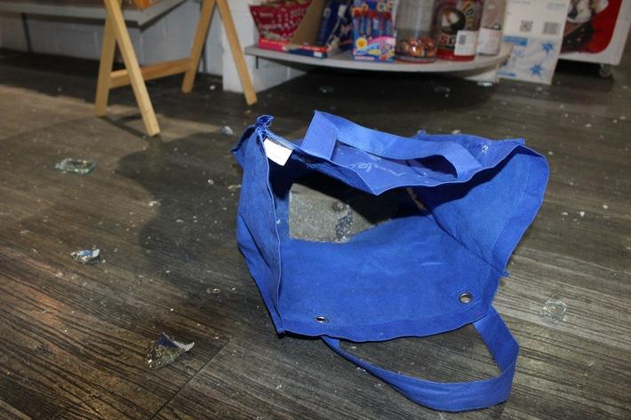 POL-HA: Jugendliche schlagen Schaufensterscheibe ein