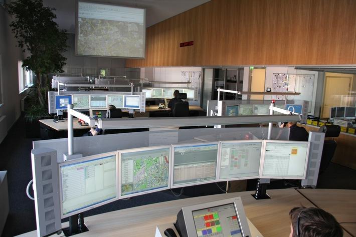 Ein Blick in die Leitstelle der Feuerwehr Essen. Rund um die Uhr sitzen hier Mitarbeiter am Notruf. Wir sind jederzeit erreichbar, Foto: Mike Filzen