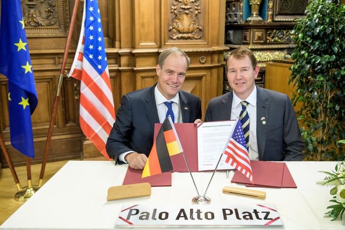 Heidelbergs Oberbürgermeister Prof. Dr. Eckart Würzner (links) und Greg Scharff, Bürgermeister von Palo Alto, mit dem unterzeichneten Städtepartnerschaftsvertrag.