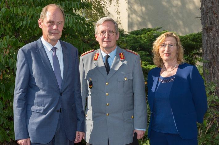 Nach der bergabe der Dienstgeschfte (v.l.) Georg Stuke, Generalleutnant Klaus von Heimendahl und Sabine Grohmann.