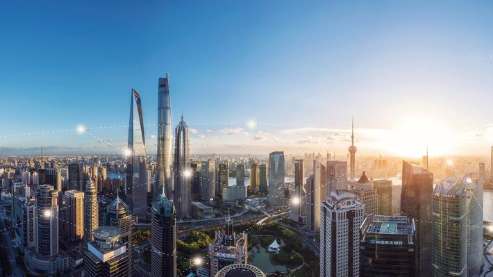 """Shanghai Skyline mit IoT Ausblick. CES 2019: Bosch baut Position als führendes IoT-Unternehmen aus  / Vernetzte Lösungen für die Mobilität und das Zuhause von Morgen. Weiterer Text über ots und www.presseportal.de/nr/60282 / Die Verwendung dieses Bildes ist für redaktionelle Zwecke honorarfrei. Veröffentlichung bitte unter Quellenangabe: """"obs/Robert Bosch GmbH"""""""