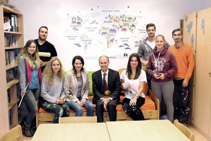Besuch für die engagierten Mitarbeiter des Projektes ?TapetenWechsel? und OGS Leitung Anja Rosenkranz (4.v.l.) gab es vom Vorstandsvorsitzenden der BP Europa SE, Wolfgang Langhoff.