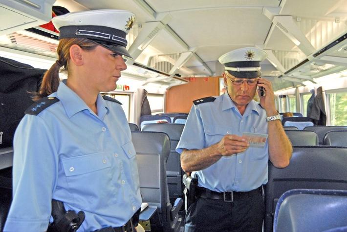Symbolbild Bundespolizei: Personalienfeststellung im Zug