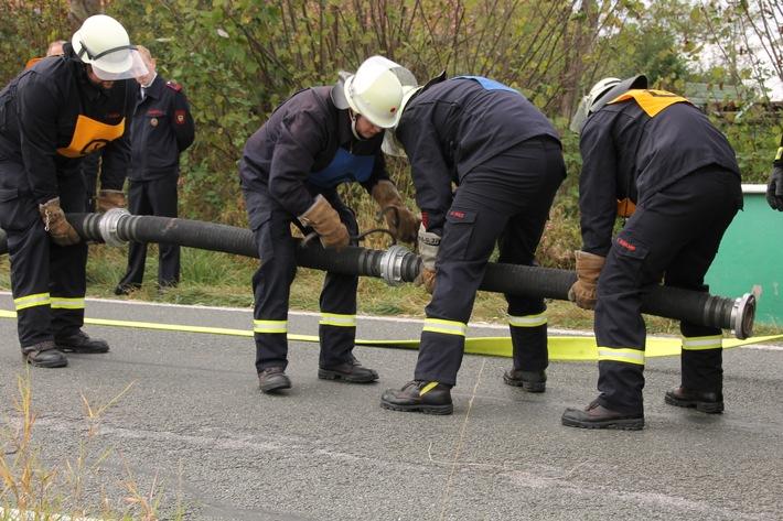 Löschgruppe Holthausen kuppelt die A-Schläuche