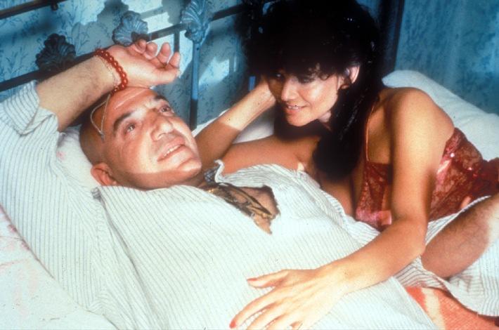 Zeno (Telly Savalas) und seine Frau Elena (Claudia Cardinale) lassen es sich gut gehen. 16.07.2006, 20.15 Uhr Abdruck honorarfrei bei redaktioneller Nennung von Tele 5