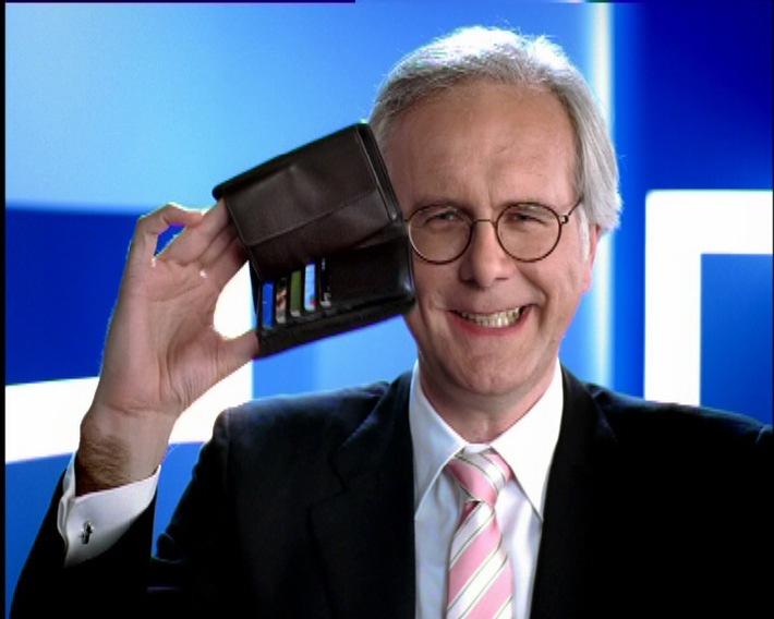 """Harald Schmidt hat gut lachen im neuen Spot von HEXAL. Dank der Preissenkungen lacht auch das Portemonnaie. Zu sehen im Spot """"Lachen ist die beste Medizin"""". Die Verwendung dieses Bildes ist für redaktionelle Zwecke honorarfrei. Abdruck bitte unter Quellenangabe: """"obs/HEXAL AG"""""""