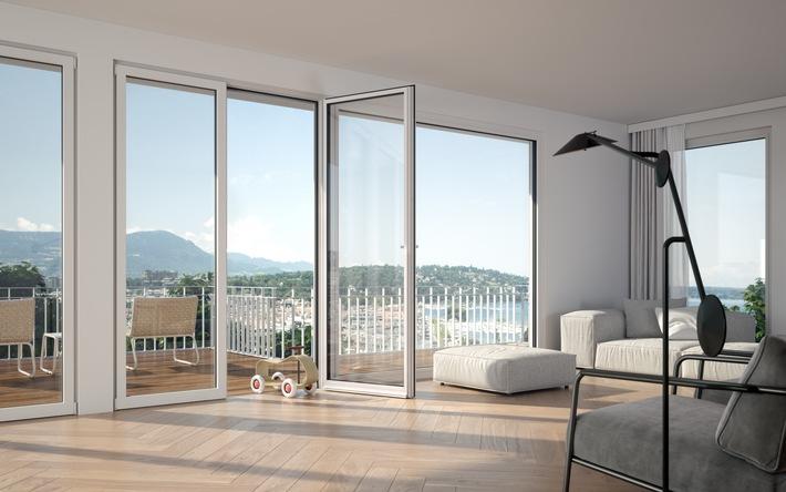 """Komplett flach Die neue Balkontür von 4B hat keine Schwelle (Fachjargon: Nullschwelle) und ist damit frei von Stolperfallen. Sie wurde von 4B Ingenieuren in der Schweiz entwickelt und zum Patent angemeldet - ein weiteres Patent von 4B in ihrer über 120-jährigen Geschichte.  Vielseitig planbar und technisch ausgeklügelt So könnte eine konkrete Lösung aussehen: eine Balkontür, wahlweise 1- oder 2-flügelig, daneben eine grosse Festverglasung. Die neue Balkontür schafft die Verbindung zwischen Licht und Design. Sie generiert neue, moderne und lichtdurchflutete Räume. Die Lösung ist sowohl für den Neubau als auch für die Renovation geeignet. Das vielseitige Sortiment aus Farben und Lasuren trifft jeden Geschmack. Das hochwertige Holz-Metall macht sie zu einer attraktiven und langlebigen Lösung.  Video YouTube https://youtu.be/HflyRVDuMqY / Weiterer Text über ots und www.presseportal.ch/de/nr/100062374 / Die Verwendung dieses Bildes ist für redaktionelle Zwecke honorarfrei. Veröffentlichung bitte unter Quellenangabe: """"obs/4B AG"""""""