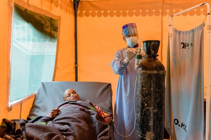 action medeor zur weltweiten Corona-Impfstoff-Verteilung / In vielen Ländern der Welt gibt es zu wenig Diagnose- und Behandlungsmöglichkeiten, um die Pandemie wirksam zu bekämpfen. Impfen alleine wird nicht reichen, um diese Strukturmängel zu beheben, warnt das Medikamentenhilfswerk action medeor. Das Bild zeigt die Behandlung eines Corona-Patienten in Tansania. / Weiterer Text über ots und www.presseportal.de/nr/31394 / Die Verwendung dieses Bildes ist für redaktionelle Zwecke unter Beachtung ggf. genannter Nutzungsbedingungen honorarfrei. Veröffentlichung bitte mit Bildrechte-Hinweis.