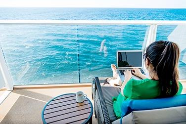 Surfen während das Schiff in den Wellen schaukelt - dafür müssen Kreuzfahrtgäste tief in die Tasche greifen.  Foto: captain-kreuzfahrt.de/istock/baona