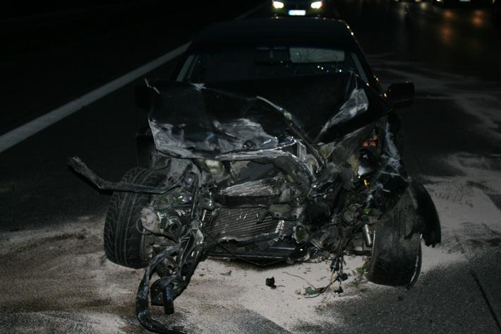 Das Foto zeigt den BMW nach dem Unfall. Veröffentlichung mit dieser Pressemitteilung honorarfrei. Bildrechte: Polizeipräsidium Münster
