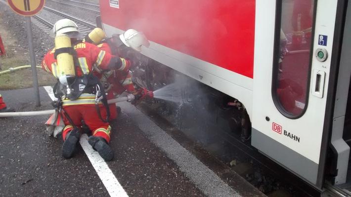 Einsatzkräfte der Freiwilligen Feuerwehr Engen kühlen das Bremssystem ab.